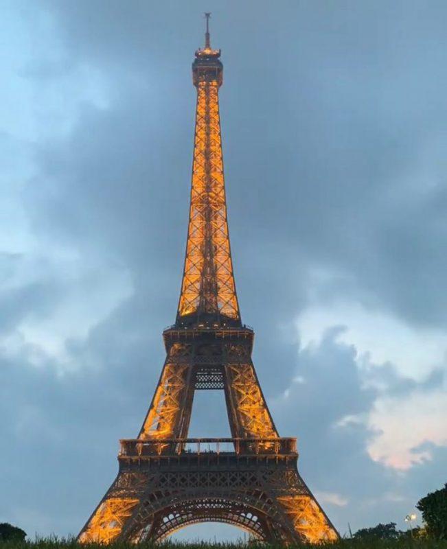 Un bărbat a vrut să escaladeze Turnul Eiffel